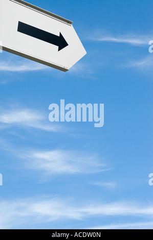 Melden Sie mit Pfeil nach rechts mit blauem Himmel - Stockfoto