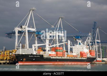 Auckland North Island Neuseeland Containerschiff festgemacht durch Kai im Hafen am östlichen Ufer von Waitemata - Stockfoto