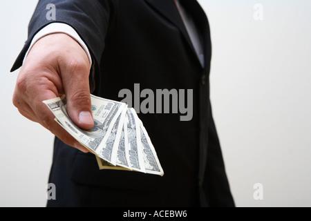 Geschäftsmann durchhalten Handvoll Geld - Stockfoto