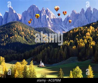 Es - Dolomiten: St. Johann in ranui und geisler spitzen Berge - Stockfoto