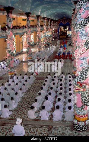 Cao dai Tempel Gebete in Vietnam - Stockfoto