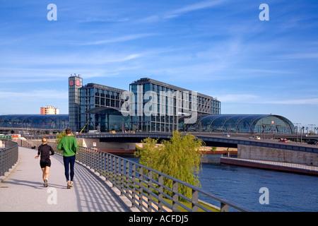 Berlin Zentrum Lehrter Bahnhof neue Hauptbahnhof Promande jogger - Stockfoto