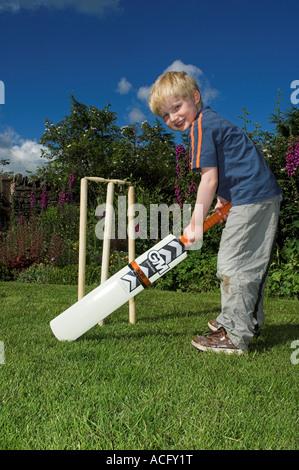 Junges Kind Fußballspielen im Garten - Stockfoto