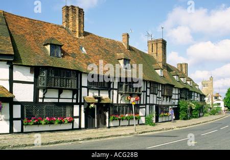Häuser auf dem Land auf dem Platz des Dorfes Biddenden, Kent, England, UK. - Stockfoto