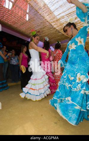 Jerez Damen spanischen Flamenco-Tanz im Jerez Frontera Horse fair in traditioneller Tracht - Stockfoto