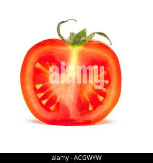 Eine frische, Reife rote Tomate in Scheiben geschnitten offen zeigt seine pips - Stockfoto