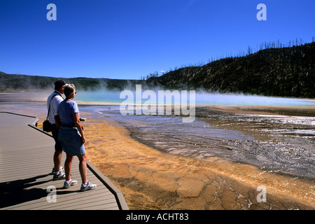 Touristen auf Grand Prismatic Spring im Yellowstone National Park in Wyoming - Stockfoto