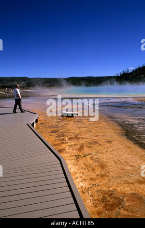Tourist am Grand Prismatic Spring im Yellowstone National Park in Wyoming - Stockfoto
