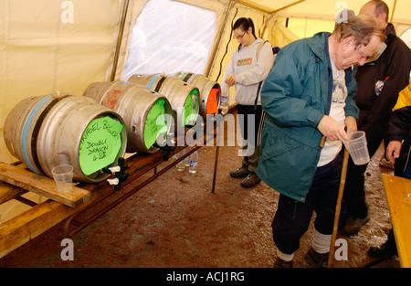 Wanderer, die Teilnahme an der Real Ale Wanderung Walking Festival machen eine Bier-Pause in der Nähe von Llanwrtyd - Stockfoto