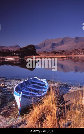 Wintermorgen Fischerboot neben Upper Lough. Killarney Seen, Nationalpark Killarney, County Kerry, Irland. - Stockfoto