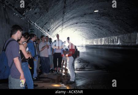 Jugendliche an einer geführten Tour von der dritte Mann im Filmklassiker nach unten an einem Kanal in Wien - Stockfoto