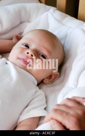 Baby liegend lächelnd - Stockfoto
