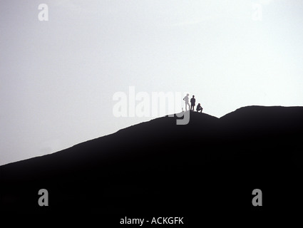 Drei Bergsteiger Wanderer Silhouette auf Berggipfel, Ayers Rock, Australien - Stockfoto