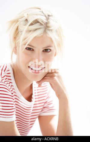 Eine junge Frau, Blick auf die Kamera Lächeln - Stockfoto