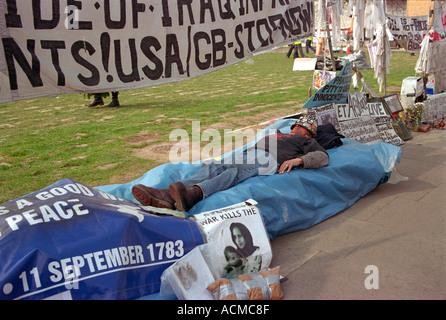 Brian Haw kampieren außerhalb der Houses of Parliament aus Protest gegen die Regierungen Nahost-Beteiligung - Stockfoto