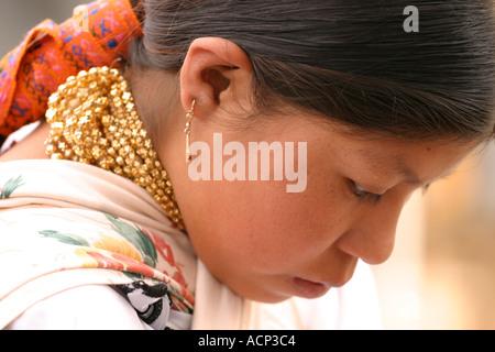 Junge Frau in Otavalo Markt Ecuador - Stockfoto