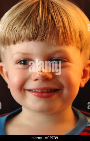 Kleiner Junge mit Cheerio auf Nase - Stockfoto