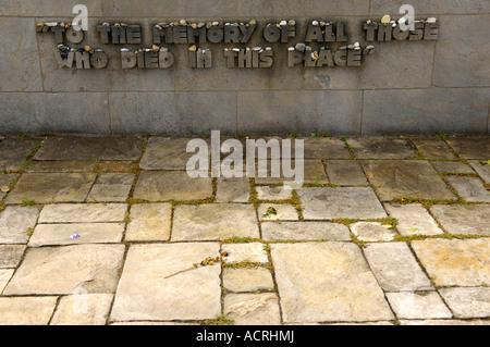 zum Gedenken an alle diejenigen, die in diesem Ort Gedenkstätte gestorben Wand Bestattung Bergen-Belsen senken Sachsen - Stockfoto