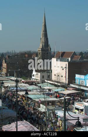 Romford Marktplatz mit verschiedenen Ständen und Turm der Kirche St. Edwards über - Stockfoto