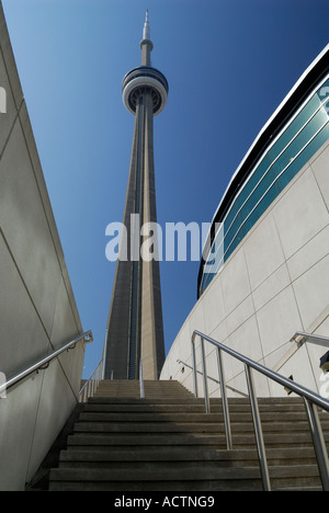 CN Tower über Treppen zwischen den Wänden der Metro Toronto Convention Center - Stockfoto