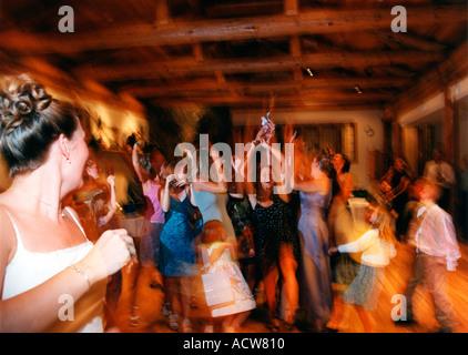 Echte Hochzeiten Rezeption werfen den Strauß, den Strauß zu fangen - Stockfoto