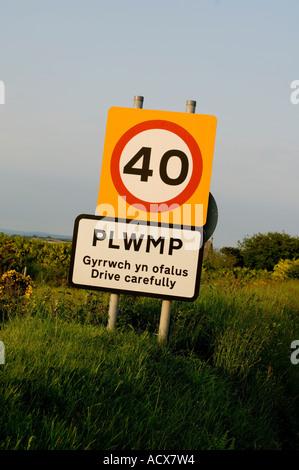 40 km/h-Schild am Plwmp (eine seltsame Name für ein Dorf) Ceredigion West Wales UK - Stockfoto