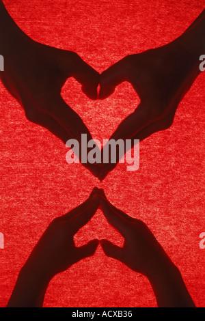 Mutter und Kind bilden zwei Herzen mit ihren Händen - Stockfoto