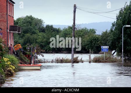 schaut einer überfluteten Wohnstraße in Upton auf Severn Worcestershire UK nach Juli Überschwemmungen des Jahres 2007