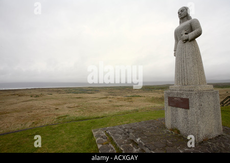 Statue namens Land in Sicht von Gunnfríður Jónsdóttir in der Nähe der Kirche Strandarkirkja, South Coast, Angel - Stockfoto