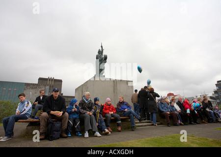 Menschen versammelten sich um die Statue Ingólfur Arnarson auf den isländischen Nationalfeiertag, Arnarhóll, Reykjavík, - Stockfoto