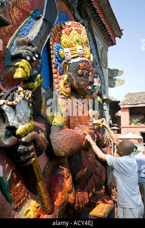 Mann, der eine Opfergabe an Kala Bhairab.Puja Zeremonie. Durbar Square.Kathmandu.Nepal - Stockfoto