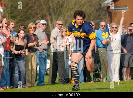 Die Menge jubelt wie ein Rugby-Spieler von Eastbourne ist in der Nähe von scoring einen Versuch. Bild von Jim Holden. - Stockfoto