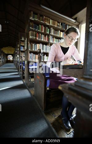 ein student arbeitet in der bibliothek am corpus christi college in oxford university uk. Black Bedroom Furniture Sets. Home Design Ideas