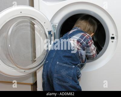 Ein kleines Kind untersucht - Stockfoto