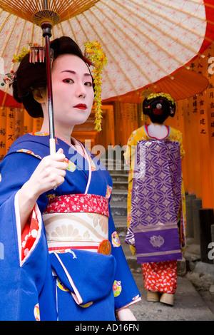 Geishas, roten Torii-Tore, Fushimi Inari-Taisha Schrein, Kyoto, Japan - Stockfoto