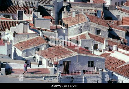 Eine Frau hängt Wäsche auf ihrer Terrasse, im Dorf Alcudia de Monteagud. - Stockfoto