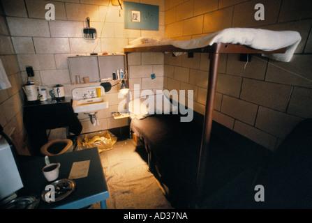 Innere der Gefängniszelle mit Kojen, Waschbecken und Toilette. - Stockfoto