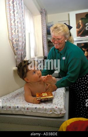 Gesundheit Besucher Prüfung sechs Monate altes Baby. - Stockfoto
