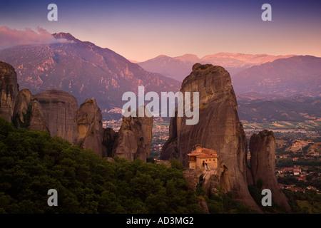 Dawn brechen über Kloster Rousanou und die Meteora Berge auf dem Festland Griechenland Europa - Stockfoto