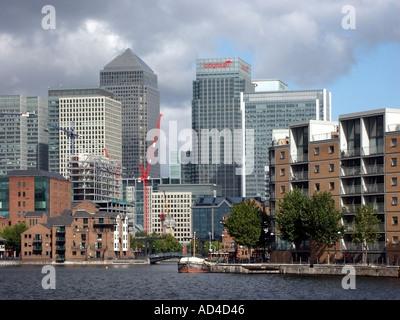 Docklands East London Skyline einschließlich Canary Wharf Tower und Citigroup Building mit äußeren Millwall dock - Stockfoto