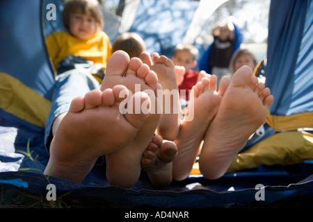 Ansicht von Kinderfüßen stossen aus einem Zelt - Stockfoto