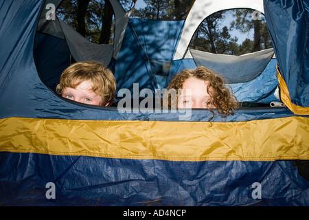 Zwei jungen, versteckt in einem Zelt - Stockfoto