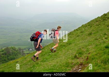 Wanderer auf steiler Fussweg zum Skirrid Fawr Berg Abergavenny Monmouthshire South Wales UK - Stockfoto