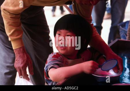 Kleinkind auf Fisch stehen Japan - Stockfoto