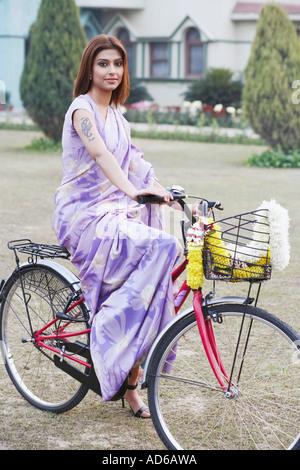 Porträt einer jungen Frau, die mit dem Fahrrad - Stockfoto
