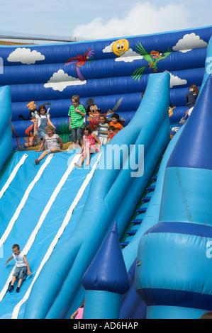 Kinder-Spaß auf der Hüpfburg Rutsche - Stockfoto