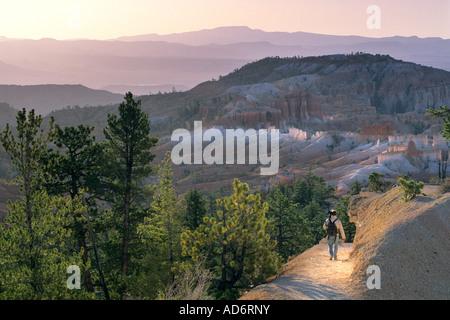 Morgenlicht und Wanderer auf der Queens Garden Trail-Bryce Canyon Nationalpark-UTAH - Stockfoto