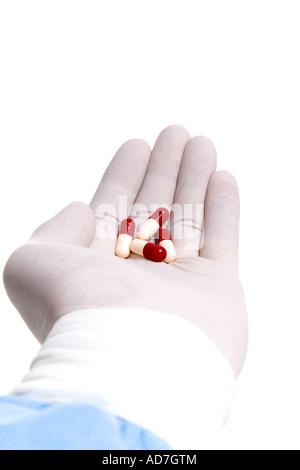 Arzt behandschuhten Hand mit Medizin - Stockfoto