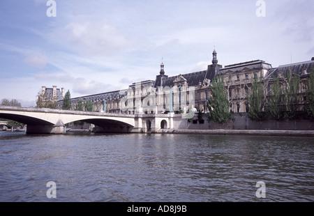Louve Galerie am Ufer der Seine in Paris - Stockfoto