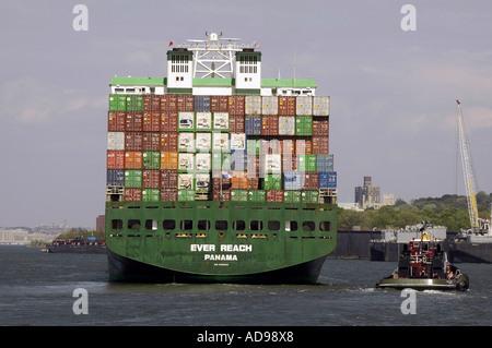 Containerschiff, das jemals erreichen, laufen durch die immergrünen Linien - Stockfoto